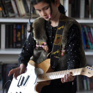 Proche joue de la guitare